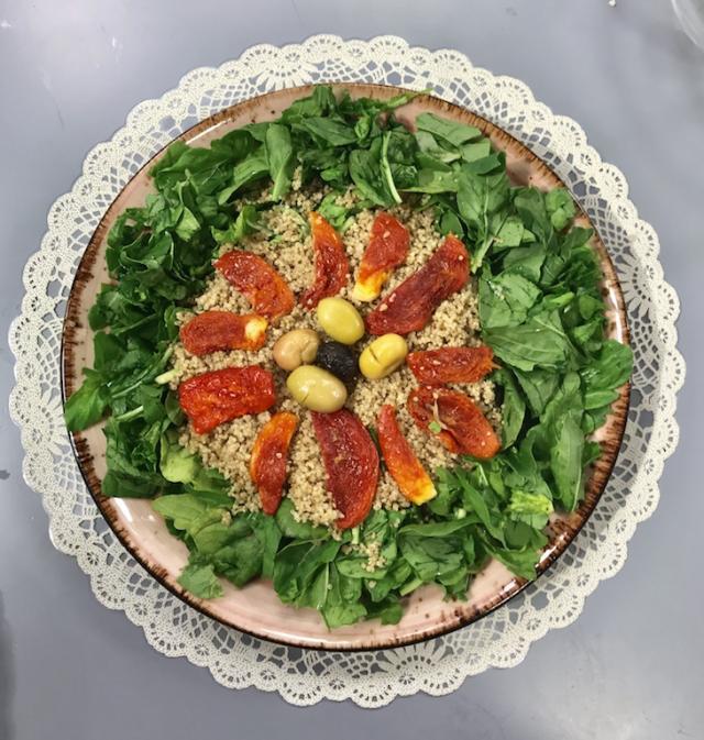 Ispanaklı Kuru Domatesli Kinoa Salatası – Sağlıklı Mutfak