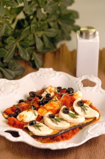 Domates Soslu Patlıcanlı Mozerella Tarifi